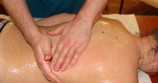 Снехана (омаслення) – загальний масаж всього тіла з великою кількістю аюрведичних масляних композиці